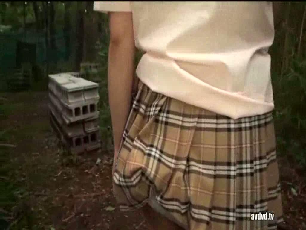 【制服着たままパイズリ】野外で制服着たままパイズリで抜いてあげてるJK